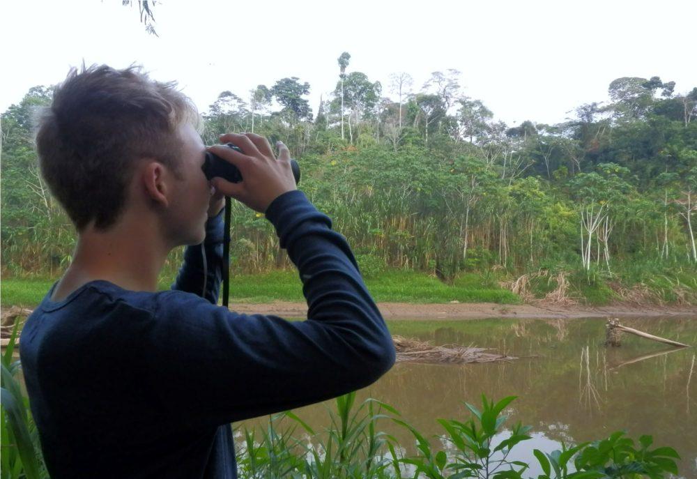 Marcus Seneca kigger efter papegøjer i Amazonas regnskov