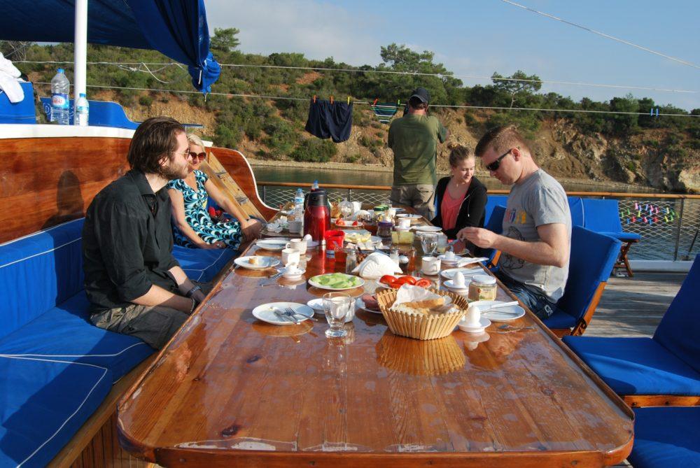 Morgenmad i det fri ombord på et tyrkisk træskib.