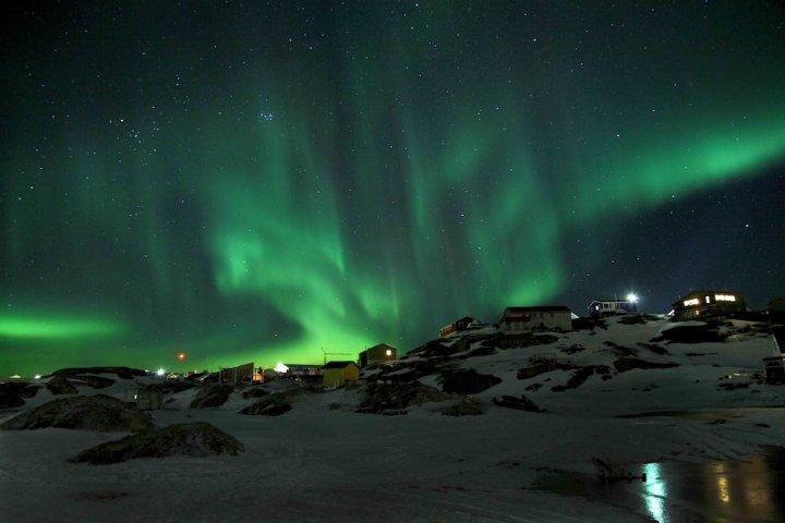 Nordlys hænger som bølgende gardiner over Sisimiut på Grønland