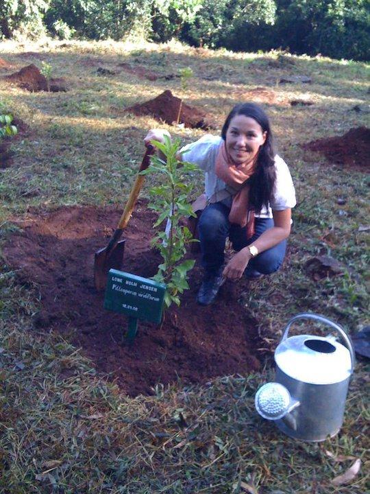 Lone Holm i Kenya foran sit eget træ