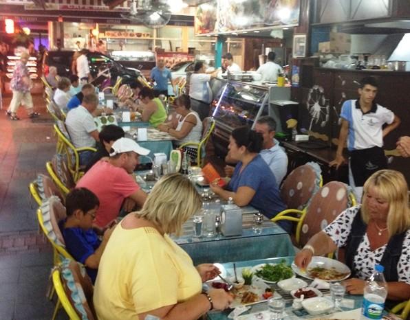 Ravza et af spisestederne i Alanaya