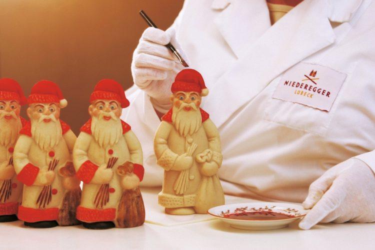 Julemænd håndmales i Niederegger