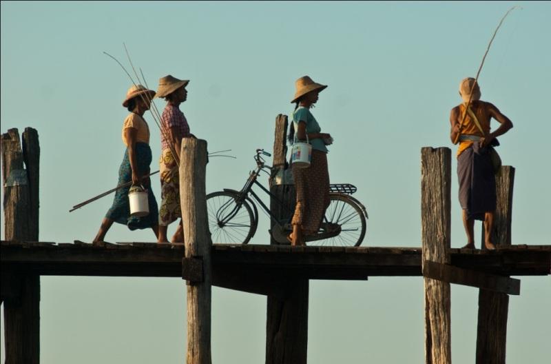 Mennesker på broen i Myanmar, det tidligere Burma