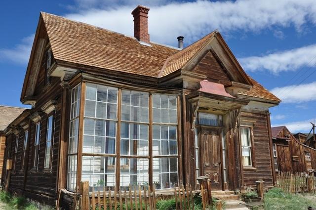 """Rigmanden James Cain, der blandt andet tjente sine penge på tømmer, opkøbte store dele af Bodie, og boede selv i dette hus med den fine """"udestue"""" i glas."""