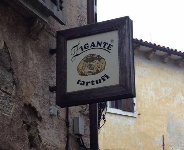 Skiltet udenfor butikken fortæller, at man kan købe hvide trøfler her i Istrien