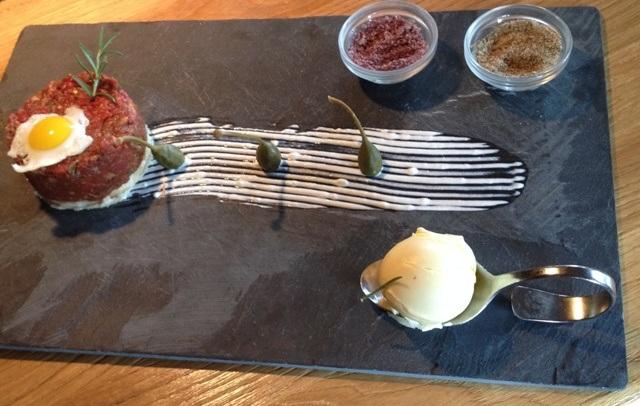 AlmMonte serverer deres lækre retter i fin stil, og sent om aftenen omdannes restauranten til en bar, hvor lokale og turister mødes.