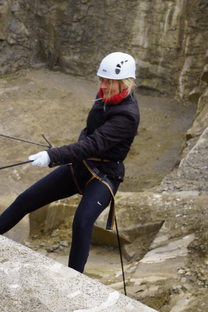 Karen Seneca prøver rapelling på Bornholm