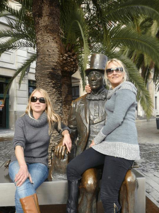 Anne-Sophie og Karen Seneca foran HC Andersens statue i Malaga