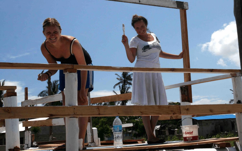 2 piger på frivilligt arbejde i udlandet
