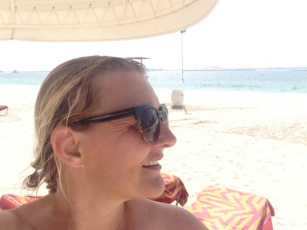 Karen Seneca på stranden i Dubai