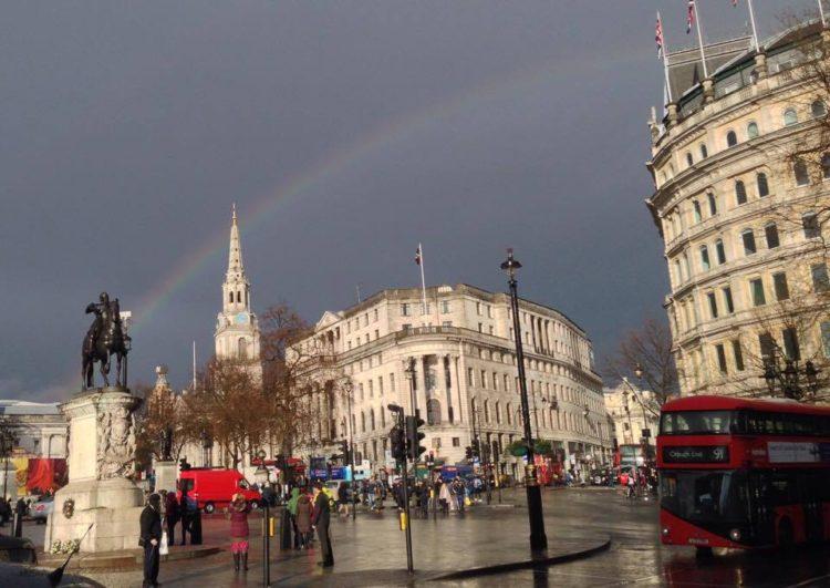 Regnbue ved Trafalgar Square i London