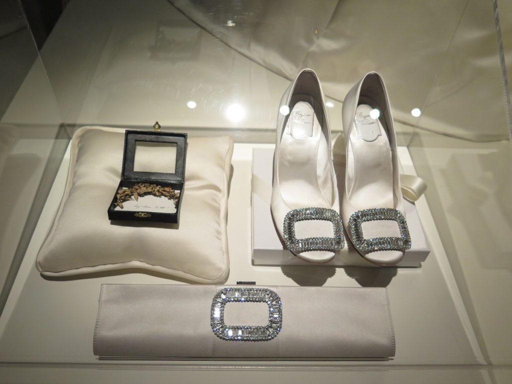 I Stockholm udstilles prinsessernes brudekjoler og sko som her