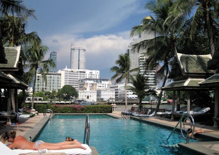Pool ud for The Peninsula i Bangkok