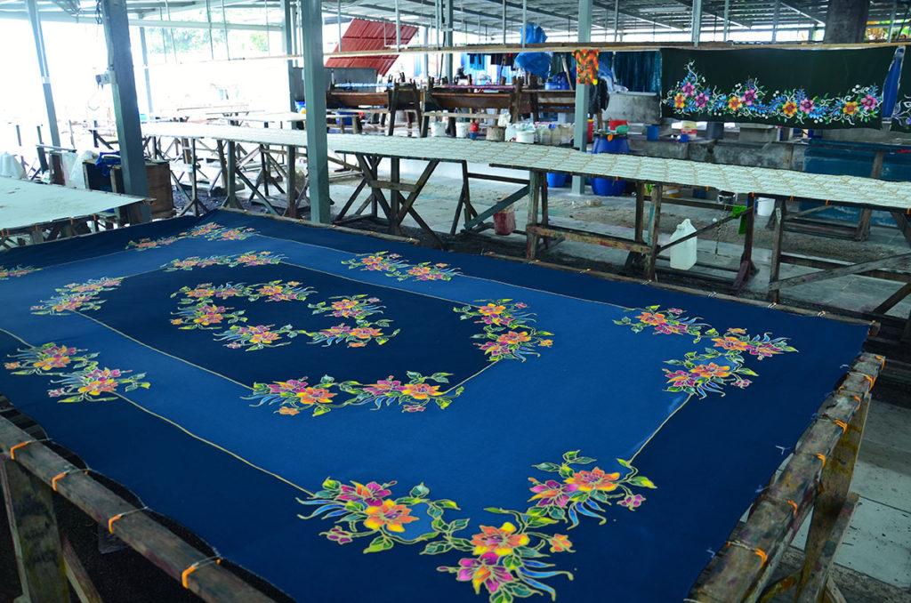Det er spændende at besøge en batik-fabrik, hvor man kan iagttage arbejderne male smukke mønstre i hånden eller trykke med guldmaling. Man kan også købe et stykke batik-stof eller noget tøj i den tilhørende butik.