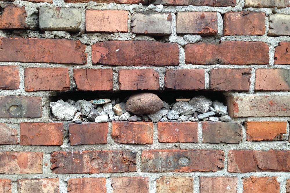 Den jødiske tradition med at lægge en sten på grave ses også i ghettomuren, hvor besøgende har efterladt småsten for at vise respekt for de døde.