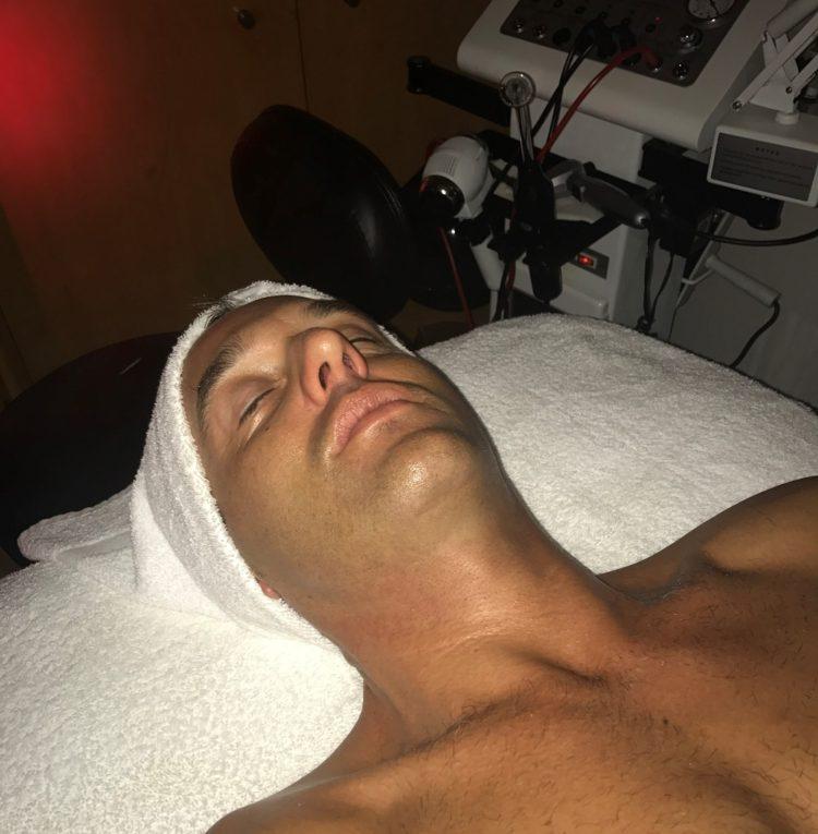 Jakob Heinel får ansigtsbehandling i Ole Henriksens Spa.