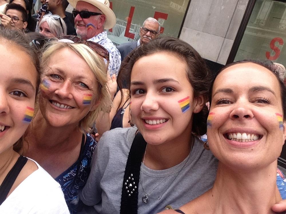 Rejseblokkens lykkelige udsendte til Pride i London sammen med veninde Mai og hendes to dejlige døtre.