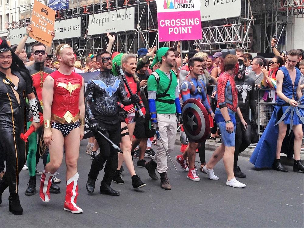 Alverdens superhelte marcherer på Regent Street til Pride i London. Foto af Karen Seneca