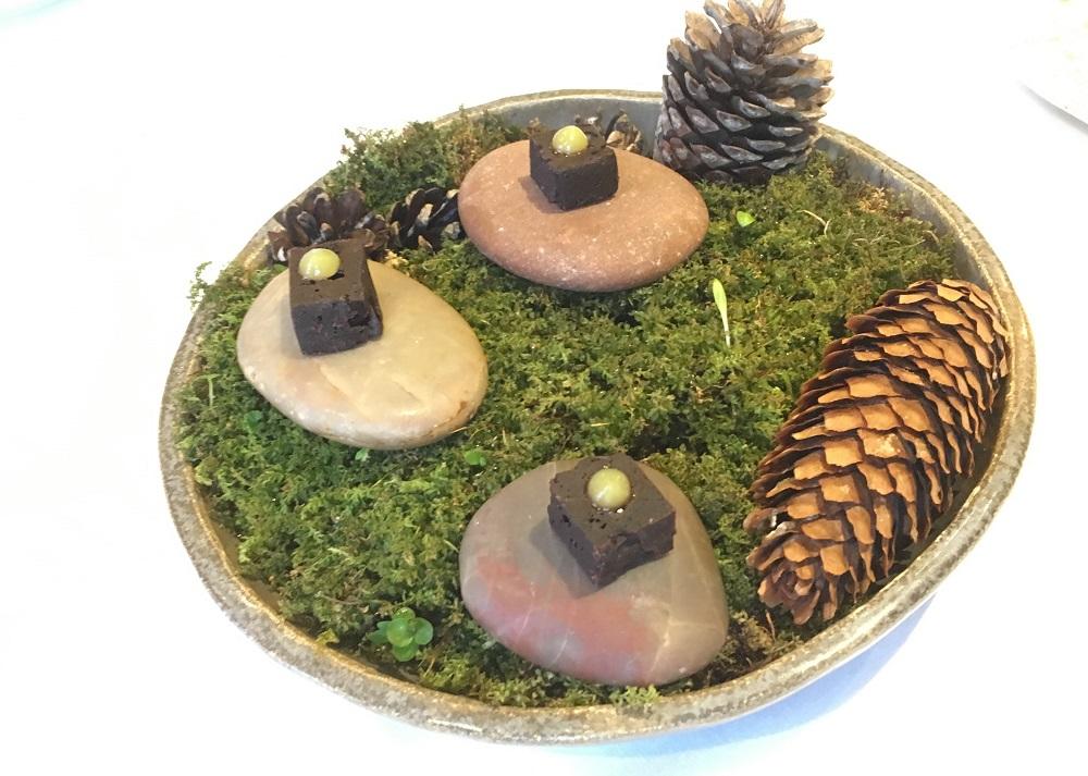 Dessert anretning på sten og gran