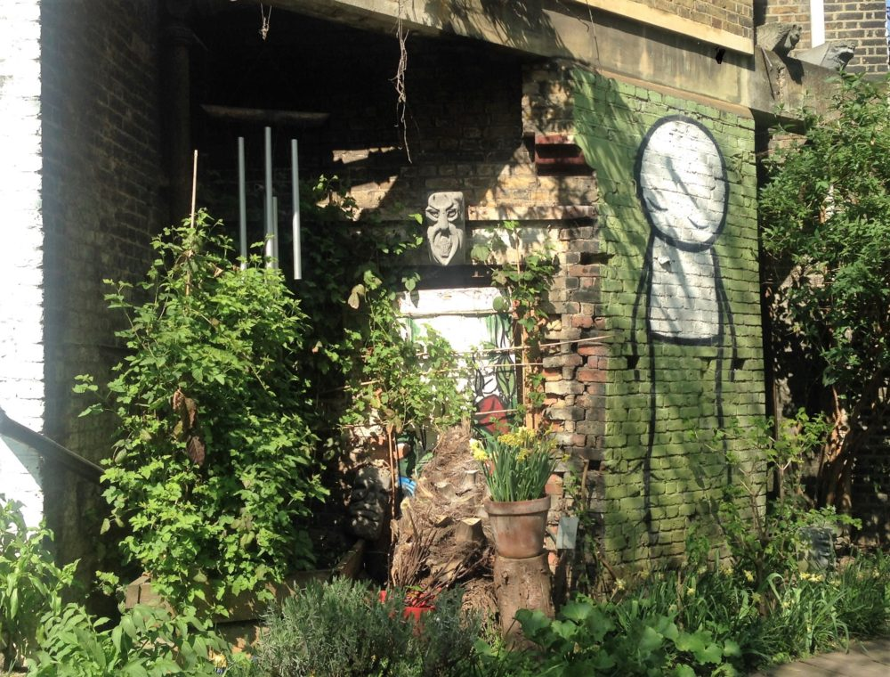 Splits street art i Dalston Eastern Curve Garden