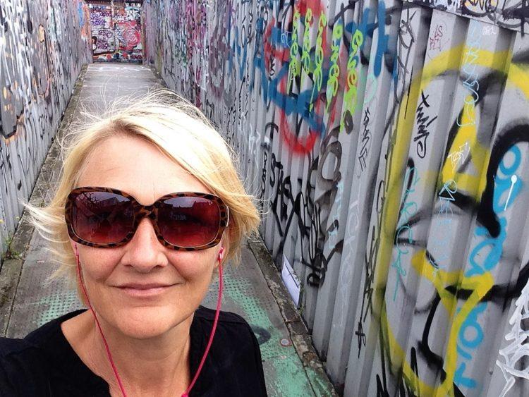 Karen Seneca foran street art i London
